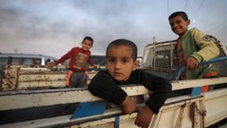 ده ها هزار غیرنظامی کرد سوری پس از شروع عملیات ترکیه درحال گریز از نواحی مرزی هستند