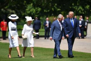 康沃尔公爵夫人卡米拉(左二)和查尔斯王子(右二)在白金汉宫迎接特朗普总统和第一夫人梅拉尼娅。