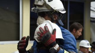 Dos rescatistas se abrazan en las inmediaciones de la escuela Enrique Rébsamen.
