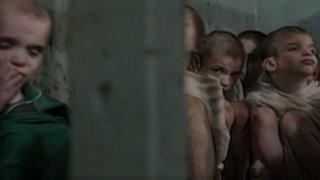 Imagens de arquivo dos orfanatos romenos nos anos 1990