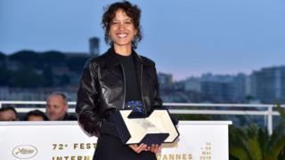 La cinéaste franco-sénégalaise Mati Diop, lors de la réception du Grand Prix du 72ème Festival de Cannes, le 25 mai 2019