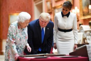 女王向特朗普总统夫妇展示藏品,其中一些藏品与美国历史相关。