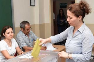 Oy kullanan bir seçmen