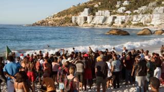 12월 28일 클리프턴 해변에 모인 시위대