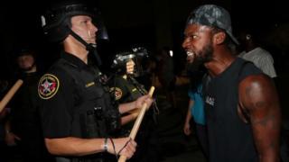 Un manifestante confronta a un policía en Kenosha
