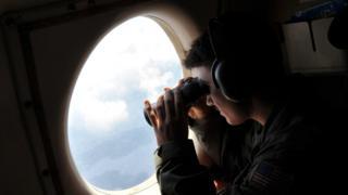 墜落したエジプト航空機を探す米偵察機(5月22日)