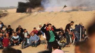 متظاهرون فلسطينيون في غزة احتجاجا على قرار نقل السفارة الأمريكية للقدس. 15 مايو/أيار 2018