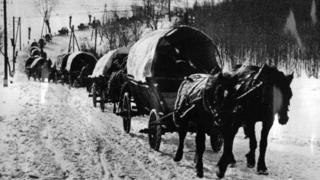 Волинські німці з Волині їдуть возами до Німеччни. Фото. Лютий 1940 року