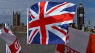 Bandera británica y Parlamento británico al fondo.