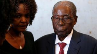 Madaxweynihii hore ee Zimbabwe Robert Mugabe iyo xaaskiisa Grace(Bidix)