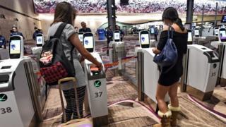 ระบบตรวจคนเข้าเมืองอัตโนมัติที่สนามบินชางงีของสิงคโปร์
