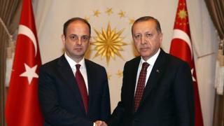 لم يعلن رسميا عن أسباب إقالة محافظ البنك المركزي التركي (يسار الصورة)