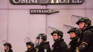Policías antimotines observan las protestas del 22 de septiembre 2016, en Charlotte