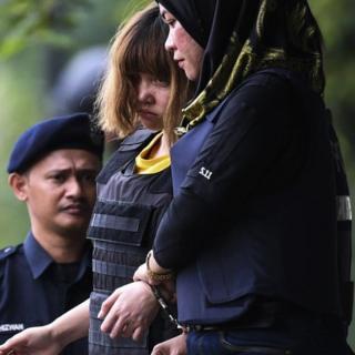 Đoàn Thị Hương mang áo chống đạn bị áp tải ra tòa ở Malaysia hôm 1/03
