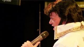 Un o ddynwaredwyr Elvis yn perfformio yng Ngŵyl Elvis ym Mhorthcawl yn 2014