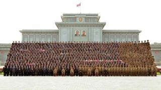 金正恩與核子科研人員在錦繡山太陽宮外拍照()