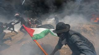 Демонстранттар дөңгөлөктөрдү өрттөп, чек ара тарапка таш жана жардыруучу заттарды ыргытышты.