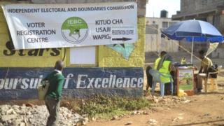 La tension est vive au Kenya dans la perspective de l'élection présidentielle qui risque d'être serrée entre Uhuru Kenyatta, le président sortant, et le chef de l'opposition Raila Odinga.