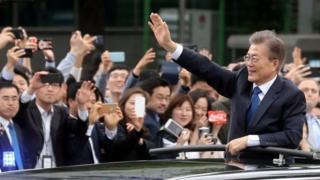 Prezida Moon (i buryo) yiyemeje gukomeza imigenderanire na Korea ya Ruguru