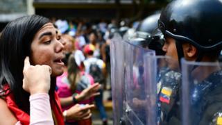 (캡션) 반정부 시위 참가자와 경찰의 대립