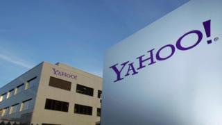 Una valla con el logo de Yahoo
