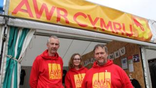 Awr Cymru ar y maes