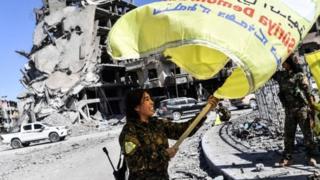 أحد عناصر قوات سوريا الديموقراطية في الرقة