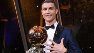 Cristiano Ronaldo anganyije na Lionel Messi mu kwegukana igihembo cya Ballon d'or inshuro eshanu.