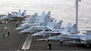 مقالتلات على حاملة طائرات امريكية