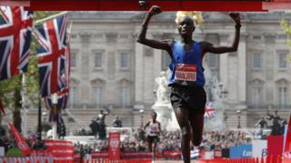 Победителем Лондонского марафона среди мужчин стал спортсмен из Кении Даниэль Ванджиру.