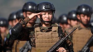 Militares saludando