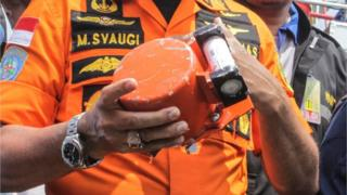 Kepala Basarnas Marsekal Madya TNI Muhammad Syaugi memeriksa kondisi bagian dari kotak hitam (black box) pesawat Lion Air JT610