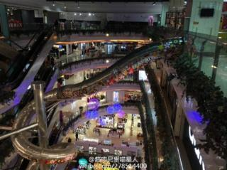Picture of giant Shanghai slide in the Printemps mall by Weibo user Jinrouxiongguimiaoxingren