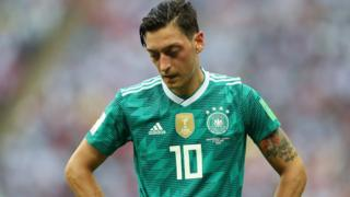 德國隊世界杯小組賽被淘汰後,厄齊爾受到指責。
