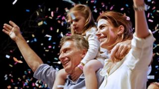 当選確実となり、家族と共に支持者にあいさつするマクリ氏(22日)