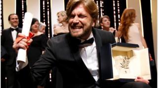 Шведський режисер Рубен Естлунд святкує свою перемогу