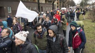 Yürüyüşe katılanların barışın sembolü beyaz bayrak taşıyorlar