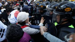 Manifestantes e policiais em Seul