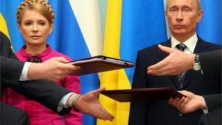 """Чинний контракт між """"Нафтогазом"""" та """"Газпромом"""" на транспорутвання газу було підписано у січні 2009 році у Москві за присутності українського та російського прем'єрів - Юлії Тимошенко і Володимира Путіна"""