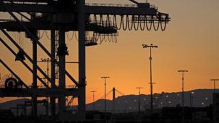 中美间去年的贸易逆差是3750亿美元。