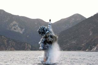 北朝鮮が公表した潜水艦発射弾道ミサイル実験の様子