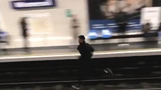 Man flees on tracks on metro