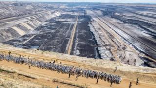 Сотні протестувальників об'єднали зусилля, аби проникнути на шахту і пройти через неї маршем