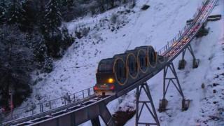 El funicular une dos poblaciones de los alpes suizos.