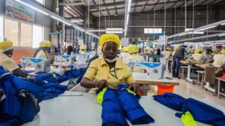Les employés d'une usine appartenant à des Chinois à la périphérie de Kigali, la capitale du Rwanda, préparent des polos en polyester avant une augmentation des tarifs qui rendra les vêtements fabriqués au Rwanda plus coûteux pour les distributeurs américains.