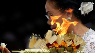 Seorang pemeluk Hindu tengah berdoa pada Hari Nyepi di Bali tanggal 6 Maret lalu.