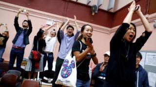 泛民主派支持者得知属意的候选人胜选后欢呼庆祝。