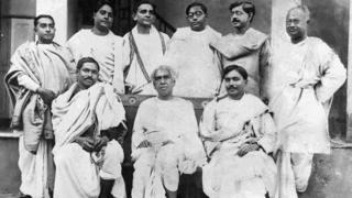 Bose con otros científicos indios.