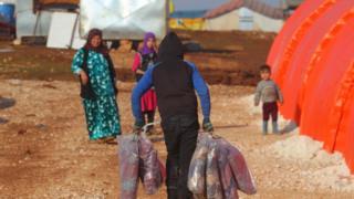Halep yakınlarında kamplarda yaşayanlar ve battaniye dağıtımı