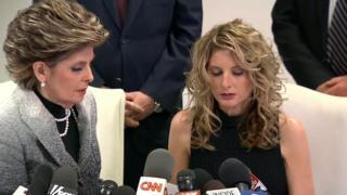 サマー・ザーボスさん(右)はグロリア・オールレッド弁護士と会見し、名誉回復のために提訴すると発表